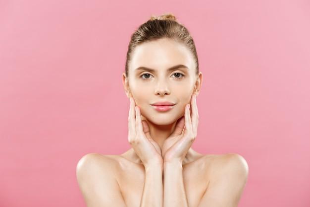 concepto-de-belleza-hermosa-mujer-de-raza-caucasica-con-piel-limpia-maquillaje-natural-aislado-en-fondo-de-color-rosa-brillante-con-copia-espacio_1258-1031